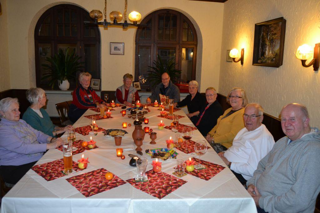 Gemeinsame Feier bei Kerzenschein und Plätzchen